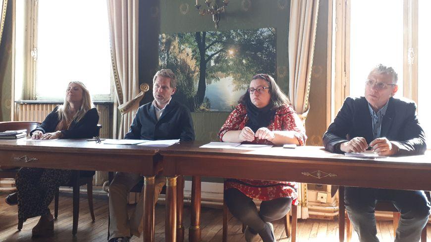 """Clément Rossignol-Puech, maire écologique de Bègles dans l'agglomération de Bordeaux (deuxième à gauche), demande aux communes voisines d'accueillir elles aussi des """"squatteurs""""."""