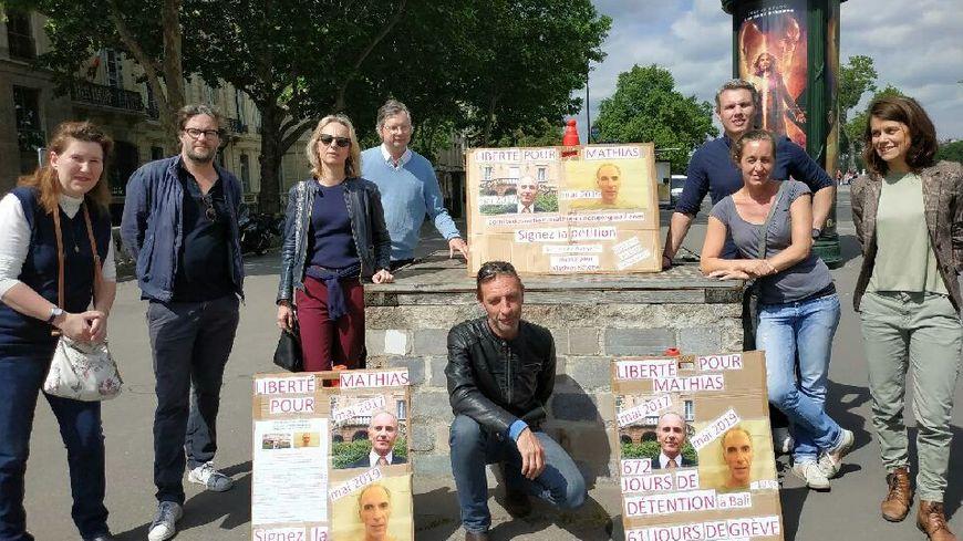 Une dizaine de personnes ont manifesté devant le ministère des Affaires Etrangères vendredi 31 mai