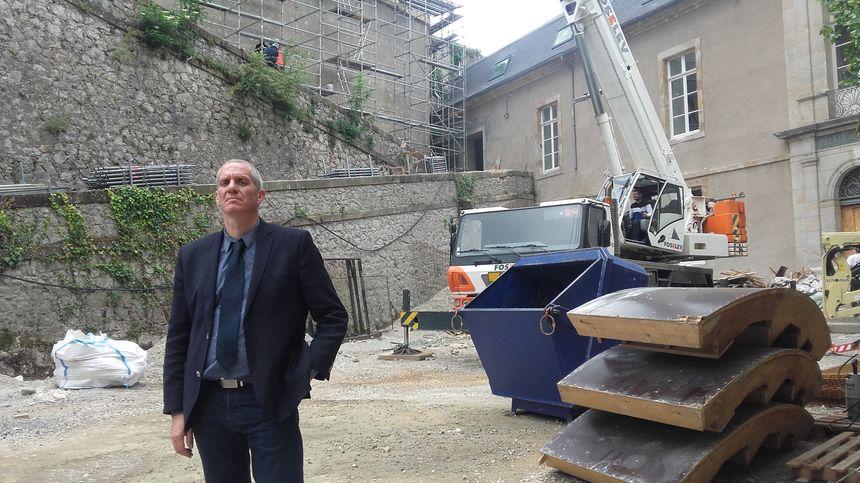 Pascal Alard, directeur des sites touristiques de l'Ariège, sur le chantier des rénovations du château de Foix.