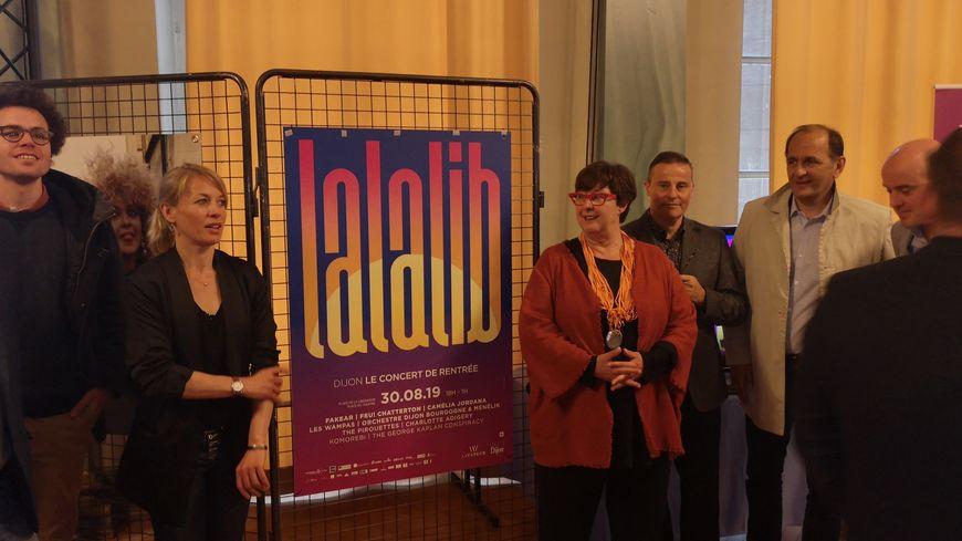 Nathalie Koenders, première adjointe au maire de Dijon, et Christine Martin, ajointe déléguée à la culture, de part et d'autre de l'affiche du concert 2019