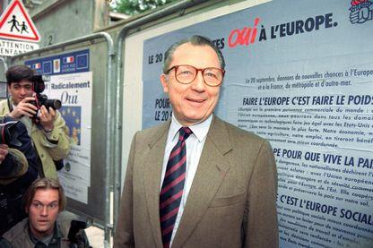 Le Président de la Commission européenne Jacques Delors pose après avoir voté pour le référendum sur le traité de Maastricht pour une Europe unie, le 20 septembre 1992 dans une école de Clichy-La-Garenne