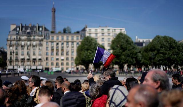La foule a salué le passage des deux cercueils en route vers la cour d'honneur des Invalides