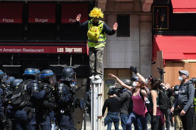 """Forces de l'ordre contre manifestants, et au milieu, un """"gilet jaune"""", quartier Montparnasse à Paris"""
