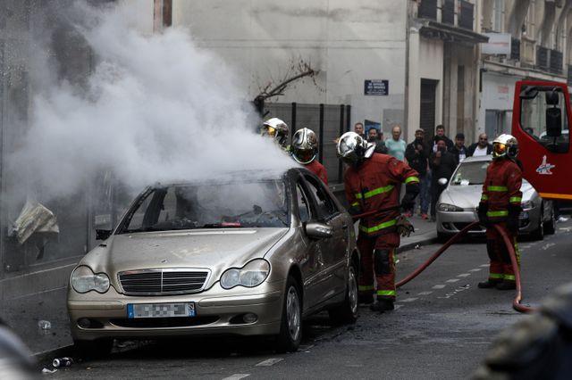 À Paris, les pompiers passent derrière les manifestants pour éteindre les incendies