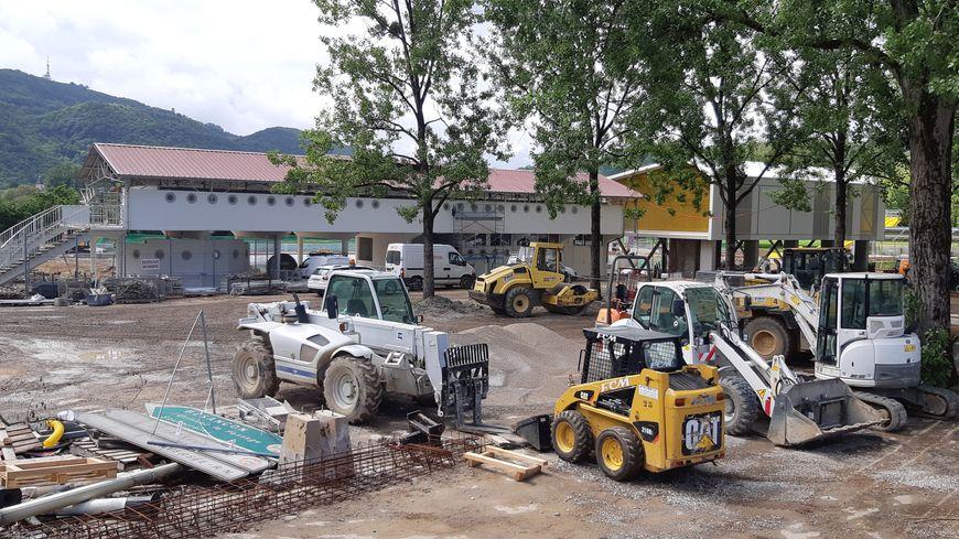 La chantier de la piscine de Chalezeule dans le Grand Besançon, à un mois de la réouverture fixée au 29 juin 2019