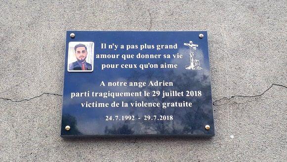 La plaque en l'honneur d'Adrien Perez, tué à la sortie d'une boite de nuit le 29 juillet dernier à Meylan.