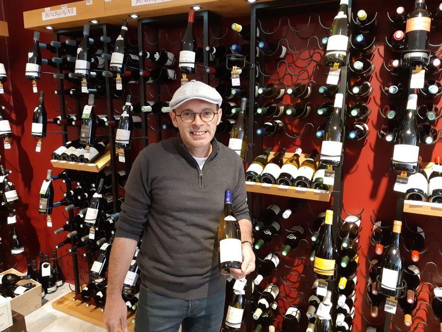 Dans sa boutique,  Valentin Castro propose déjà du vin de chez Verret. Il attend avec impatience le vin des coteaux de Giverny.