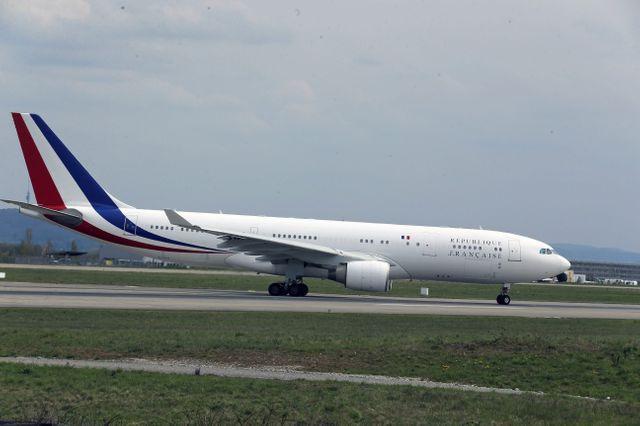 Parmi les clients d'Airbus : la République Française. C'est à bord d'un dérivé de l'A330 que les présidents effectuent leurs voyages officiels