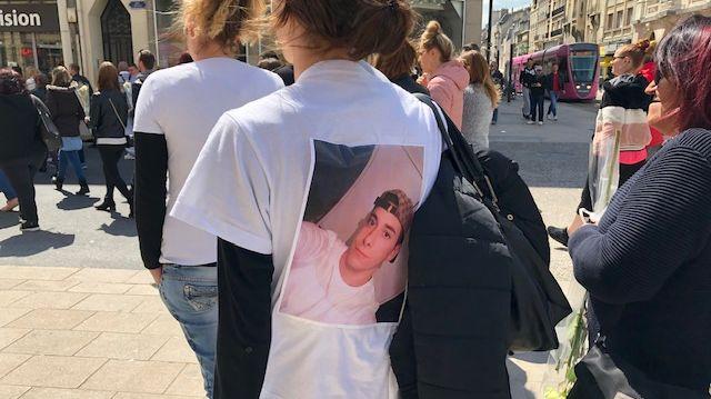 Dans le cortège, des personnes portant des t.shirt avec la photo de Dylan