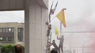 Le drapeau européen a été décroché, remplacé par un gilet jaune