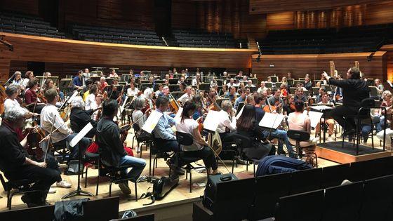 Deuxième répétition des musiciens de Viva L'Orchestra avec le chef d'orchestre Jesko Sirvend.