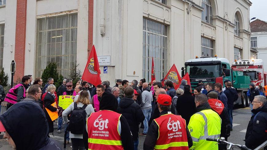 La manifestation en soutien à GE Belfort a rassemblé plusieurs centaines de personnes ce mardi matin à Belfort.