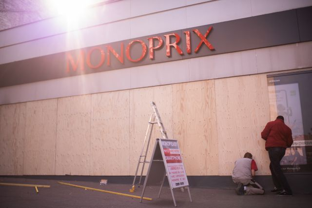 Les magasins de plusieurs quartiers parisiens ont été invités à fermer et à protéger leur devanture