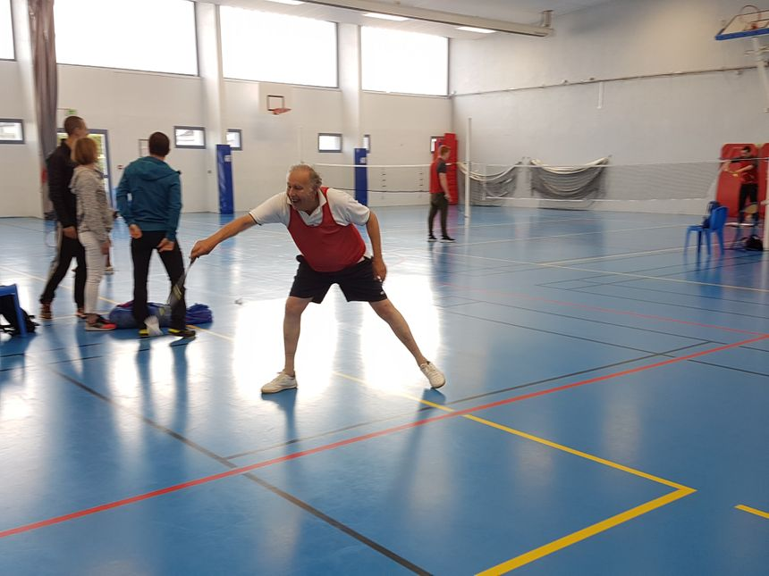 Pour son âge, Michel Barda s'est bien défendu en badminton pour la première épreuve du bac L qu'il passait, ce mardi 30 avril au gymanse du collège Denfert-Rochereau. Le geste est là.