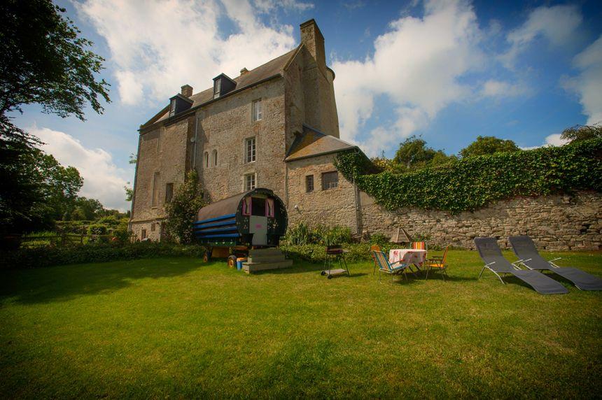 Une roulotte au château