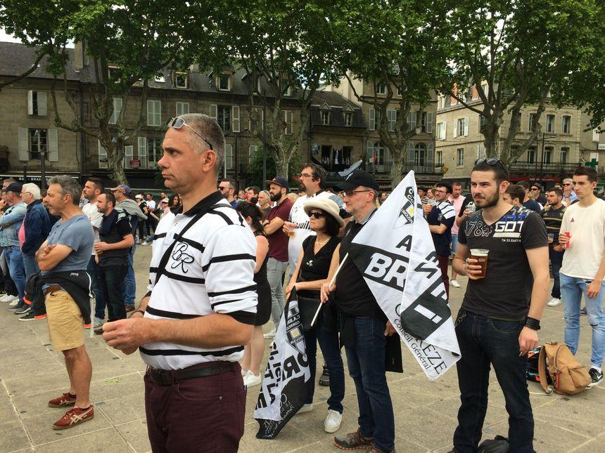 La dernière pénalité de Bayonne vient de passer qui donne la victoire aux Basques. Les supporters brivistes présents à la fan zone restent hébétés