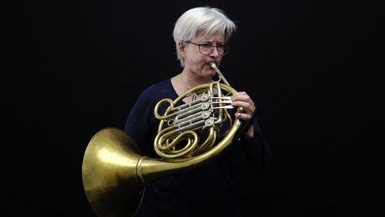 La corniste Isabelle Bigaré jouant de son instrument