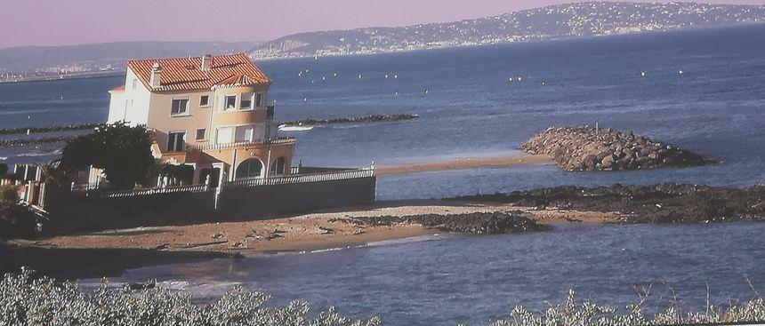 L'hôtel historique du Môle avant sa démolition, sur un tableau exposé dans un restaurant à proximité (Cap d'Agde)
