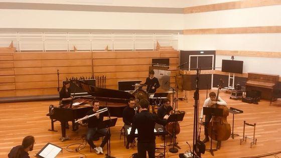 Ensemble Multilatérale et Diego Jimenez Tamame (en bas à gauche) à la Seine Musicale