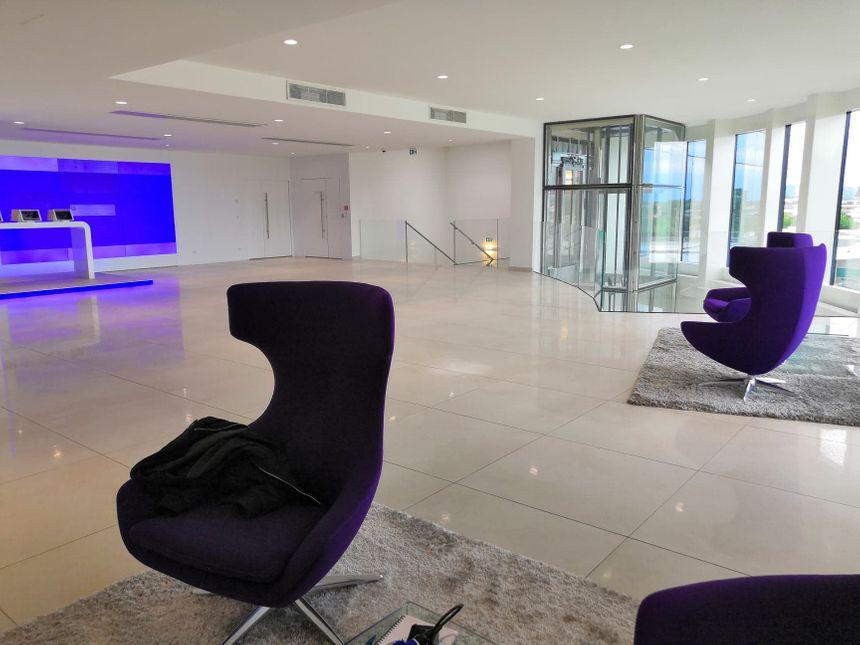 La touche SFAM : de grands halls bien blancs et des bureaux en open-space