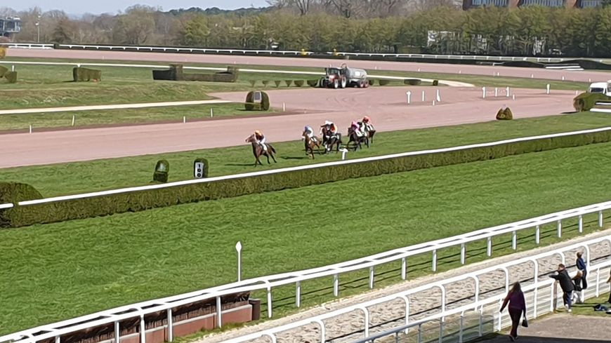 Course de Steeple-chase à l'hippodrome de Nancy Brabois
