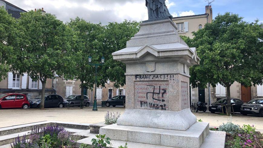 La statue de la Liberté taguée à Poitiers.