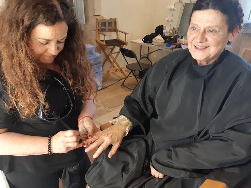 Jeanne Insausti entre les mains de la maquilleuse.