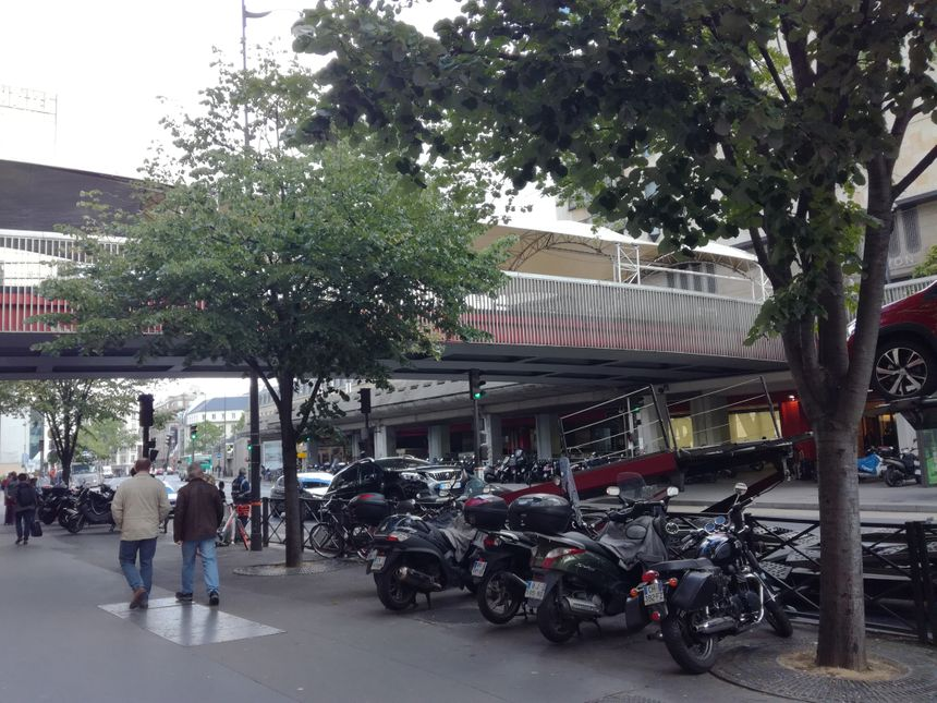 L'entrée de la gare côté rue de Bercy n'est pas très attractive. Parmi les gens qui empruntent cette rue, plusieurs se plaignent du bruit.