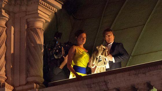 """Opéra mais pas que : Rebecca Ferguson et Tom Cruise lors du tournage de """"Mission Impossible 5"""" sur les toits le l'Opéra de Vienne, le 28/8/2014"""