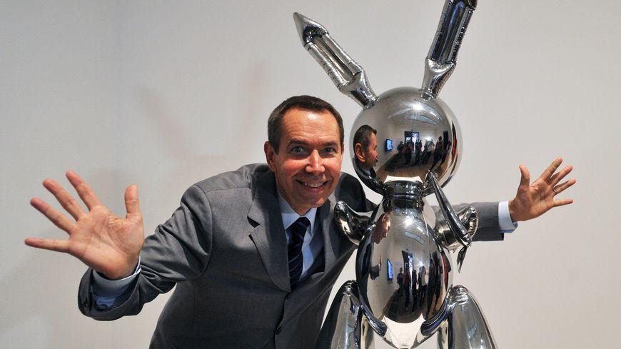 Jeff Koons avec sa sculpture.