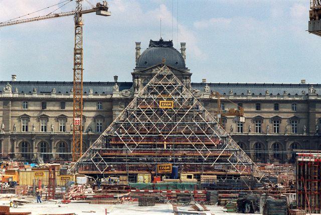 Le chantier du Grand Louvre en 1987 avec la pyramide de  Leoh Ming Pei