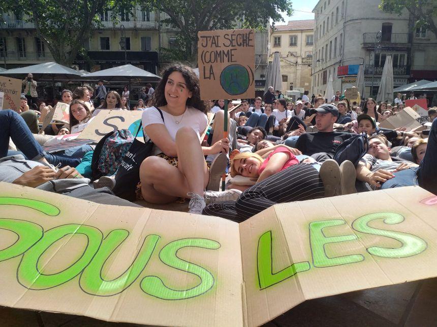 """""""On attend des mesures concrètes"""", scandent les jeunes militants."""