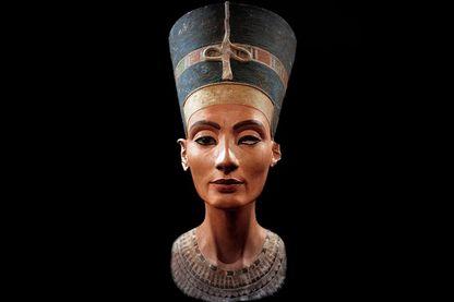 Buste de Néfertiti, sculpture de calcaire peinte, art amarnien (Neues Museum de Berlin)