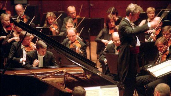Jukka-Pekka Saraste dirige Till Fellner et l'Orchestre symphonique de la radio finlandaise dans le 3ème concerto de Beethoven à l'Avery Fisher Hall en janvier 2003
