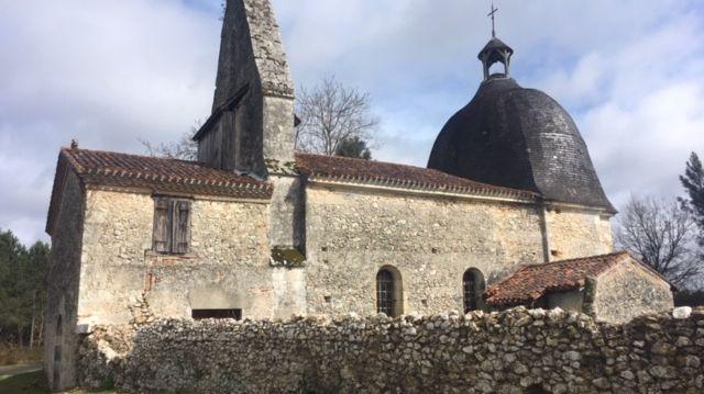 Si vous suivez l'édifice une petite boucle de randonnée traverse la lande et cette église.
