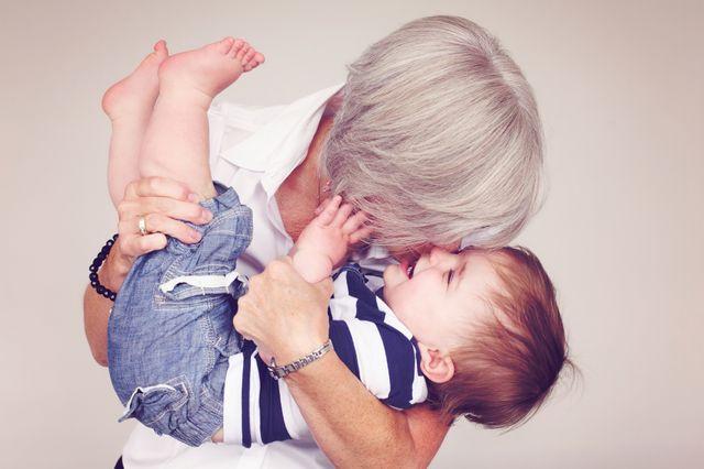 Grand-mère avec son petit-fils