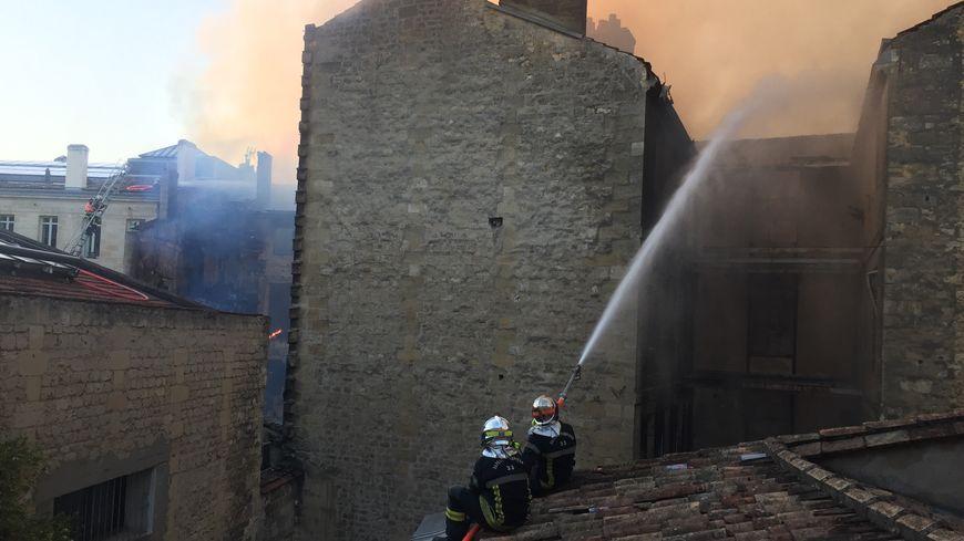 Le feu s'est propagé sur les toitures.