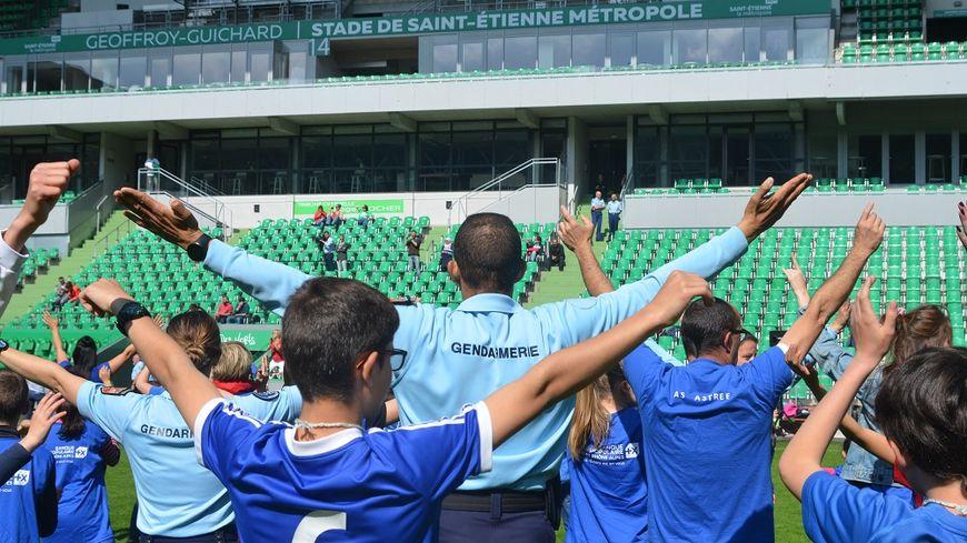 500 enfants des clubs sportifs de la Loire ont dansé avec les gendarmes.