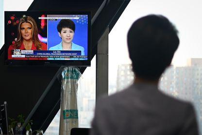 La journaliste chinoise Liu Xi regarde son débat avec Trish Regan de Fox Business au siège de la télé d'Etat à Pékin, le 30 mai 2019.