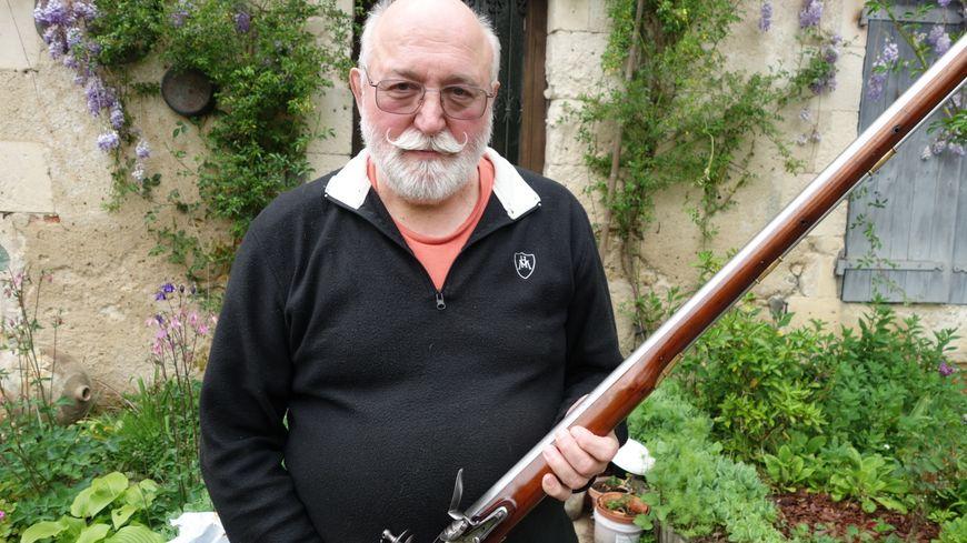 Claude Pinson, avec l'une des armes qu'il utilisera pour la compétition