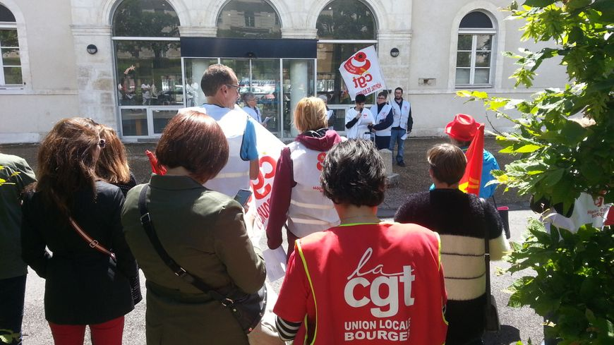 Les manifestants, une cinquantaine, se sont rassemblés en début d'après-midi à l'hôpital Taillegrain de Bourges