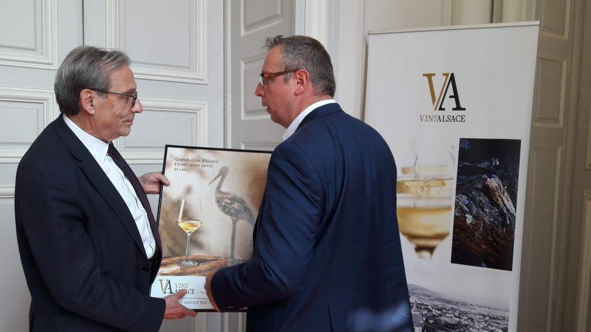 Didier Pettermann, le président du CIVA, présente la nouvelle campagne de communication sur les Vins d'Alsace à Rolan Ries, maire de Strasbourg, le 17 mai 2019.