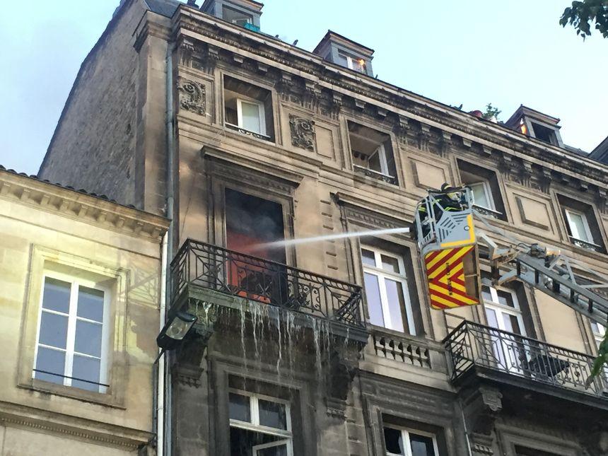 Un appartement ravagé par les flammes.