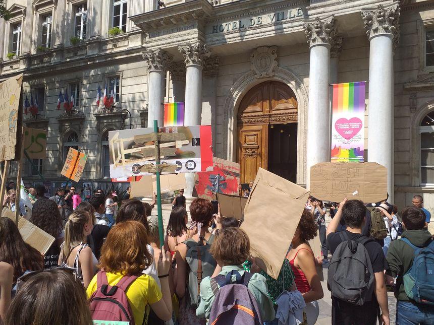 Les jeunes militants ont interpellé les élus devant l'hôtel de ville.