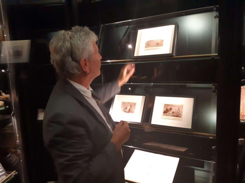 """Hugues Fontaine, commissaire de l'exposition """"Rimbaud photographe"""", installe les trois nouveaux clichés attribués à Rimbaud qu'il a découverts"""