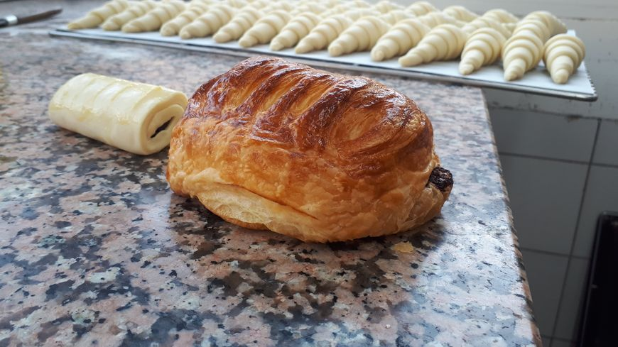 Les petits traits sur le dessus du pain au chocolat : la signature de Michel Collet.