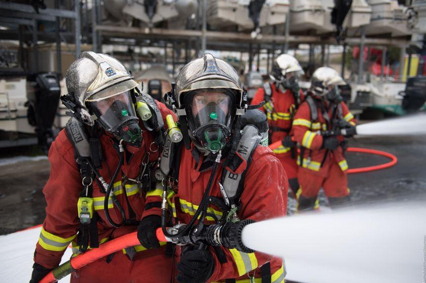 Une soixantaine de marins-pompiers ont été mobilisés pour venir à bout de l'incendie.