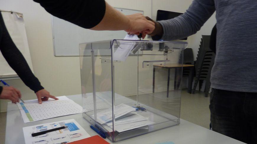 Bulletin, isoloir, urne...tout comme un vrai bureau de vote
