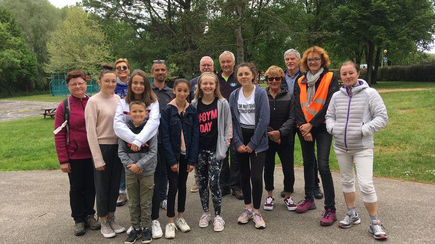L'équipe du conseil municipal des jeunes, des randonneurs et des organisateurs de la marche pour Notre-Dame-de-Paris à Saint-Avold