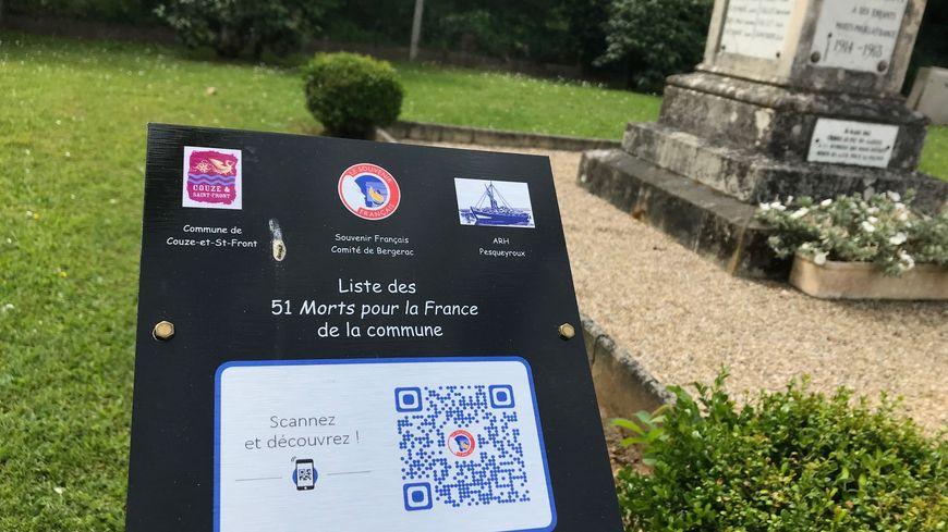 Le QR code a été installé près du monuments aux morts